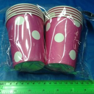 כוס קרטון עם נקודות בצבעים